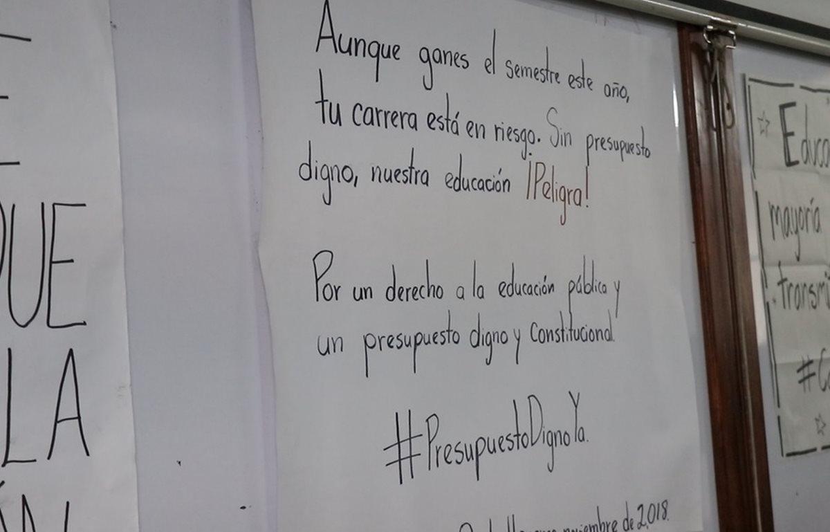 Uno de los carteles que colocaron los estudiantes para apoyar la protesta ante la falta de presupuesto de la Usac. (Foto Prensa libre: María Longo)