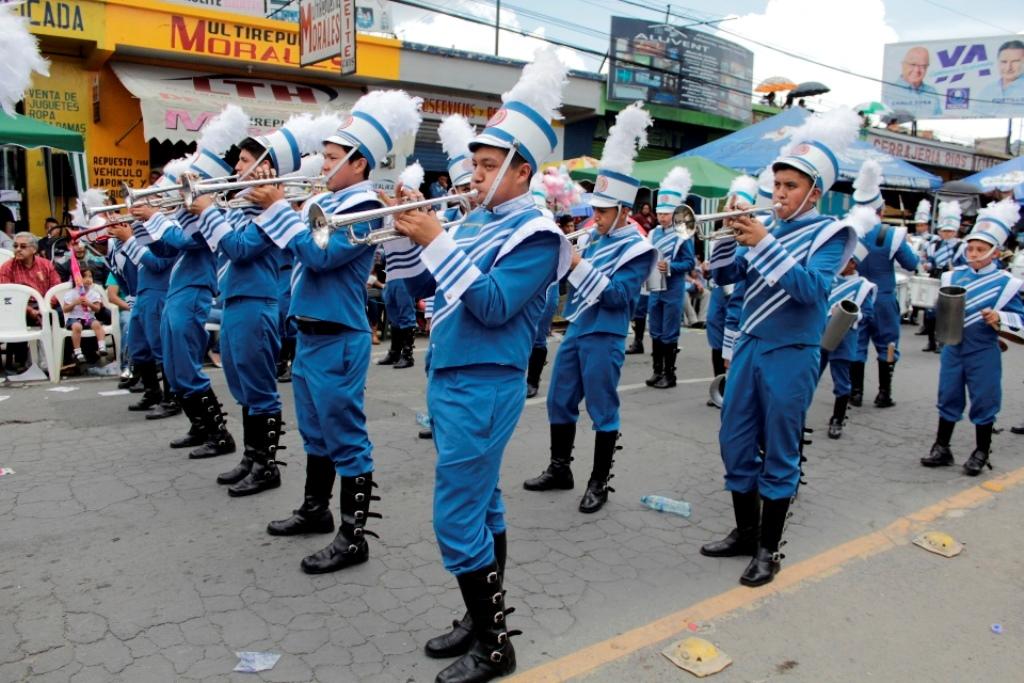 Las bandas escolares fueron el mayor atractivo del desfile de independencia que se realizó en la cabecera de Quetzaltenango. (Foto Prensa Libre: María Longo).