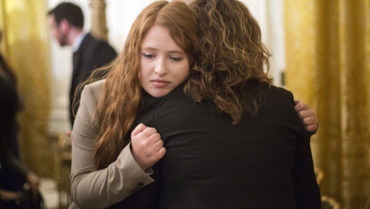 Familiares de víctimas de masacres en EE. UU. se abrazan durante el anuncio de Obama, el martes último. (Foto Prensa Libre: AP).