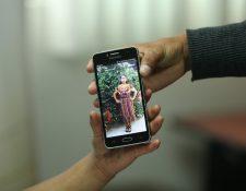 Familiares muestran una fotografía de Claudia Gómez, asesinada en la frontera de EE. UU. (Foto Prensa Libre: Hemeroteca PL).