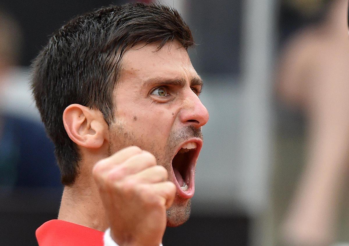 El serbio Novak Djokovic, se clasificó a las semifinales del Masters 1000 de tenis de Roma tras derrotar al español Rafael Nadal. (Foto Prensa Libre: EFE)