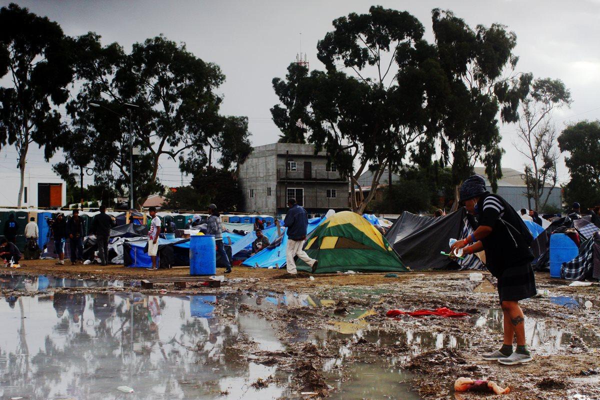 Una fuerte lluvia dejó anegados los albergues para los migrantes en Tijuana, México. (Foto Prensa Libre: EFE)