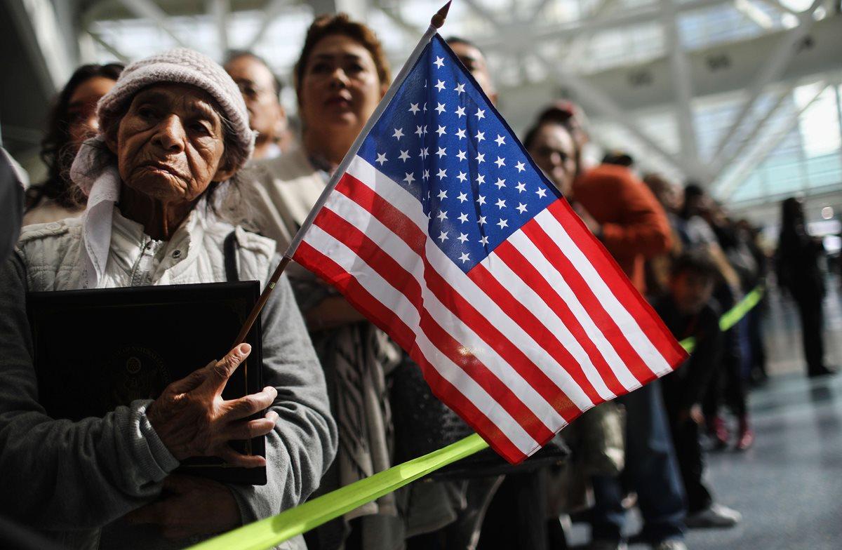 Ana Julia Ayala (i), una inmigrante de El Salvador, espera que su hijo salga de la ceremonia de la naturalización en Los Ángeles, California. (AFP)