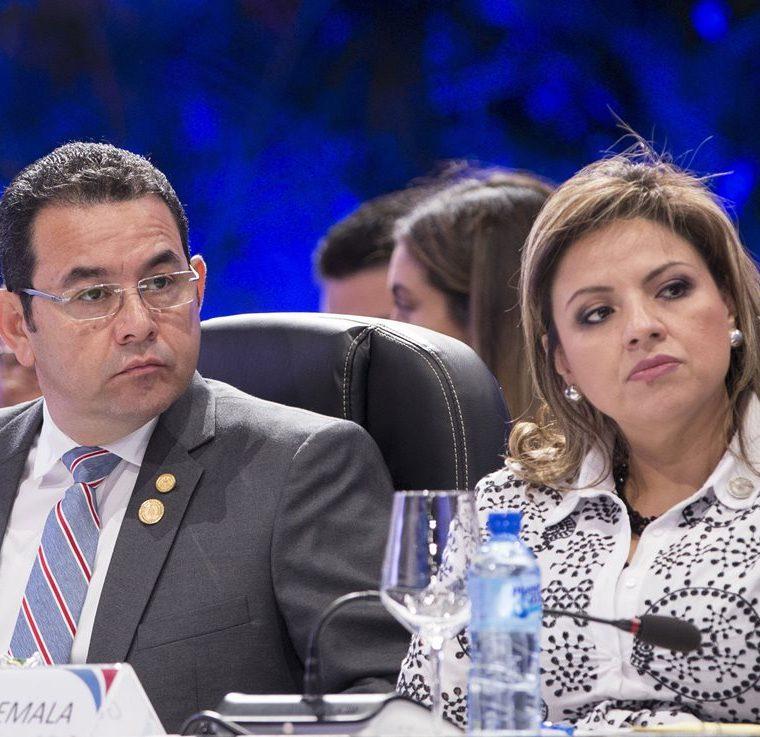 Jimmy Morales junto a la canciller, Sandra Jovel, durante la reunión del Sica en Santo Domingo. (Foto Prensa Libre: EFE)