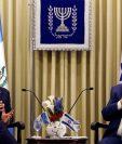 Jimmy Morales se reunió con su homólogo israelí, Reuven Rivlin, después de la inauguración de la embajada. (Foto Prensa Libre: AFP)