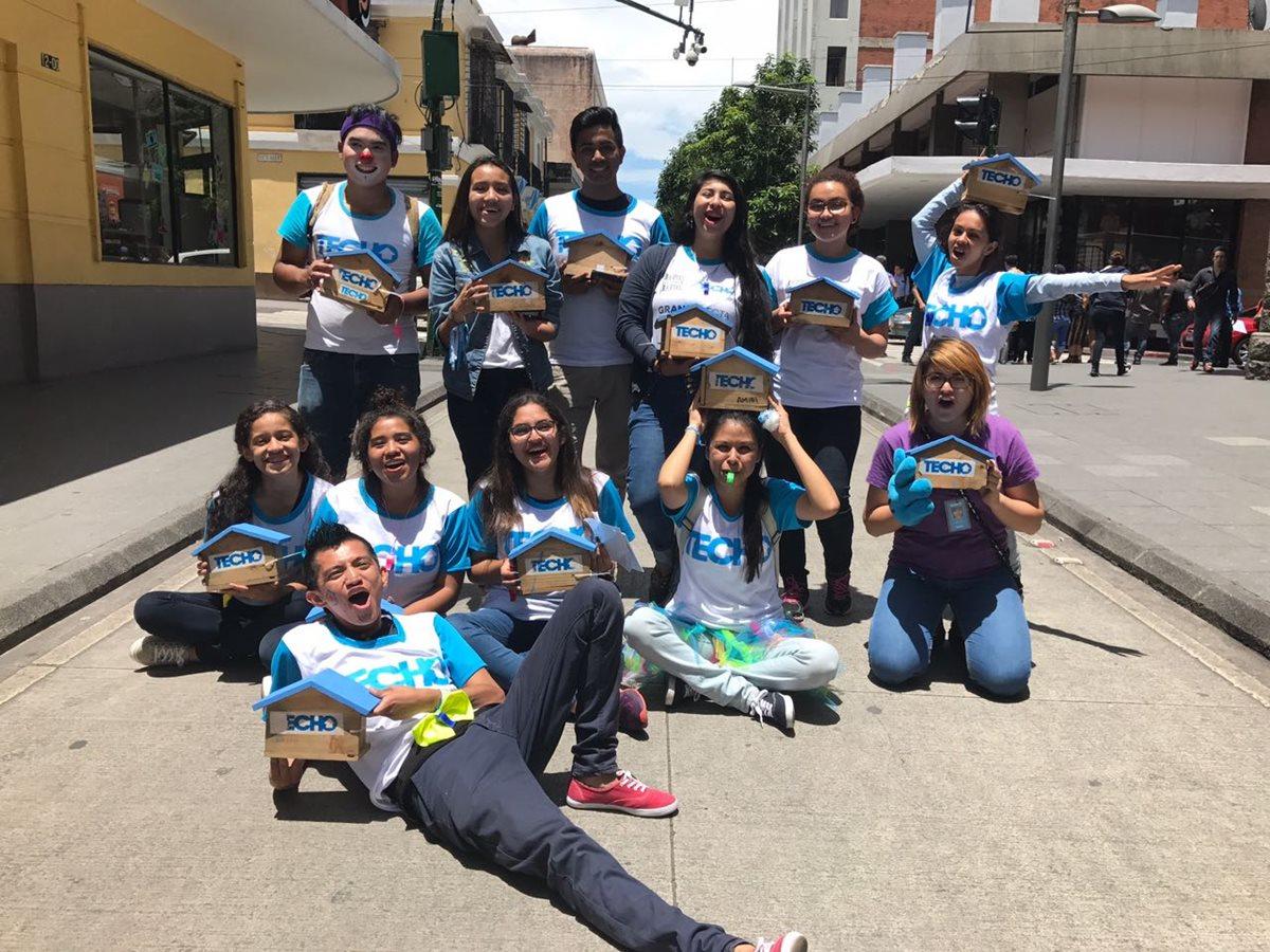 Algunos de los voluntarios que participan en la colecta. (Foto Prensa Libre: Cortesía)