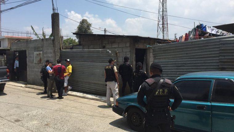 Vivienda en donde se lleva a cabo el allanamiento para detener a los presuntos responsables de atentado a bus. (Foto Prensa Libre: Cortesía PNC)