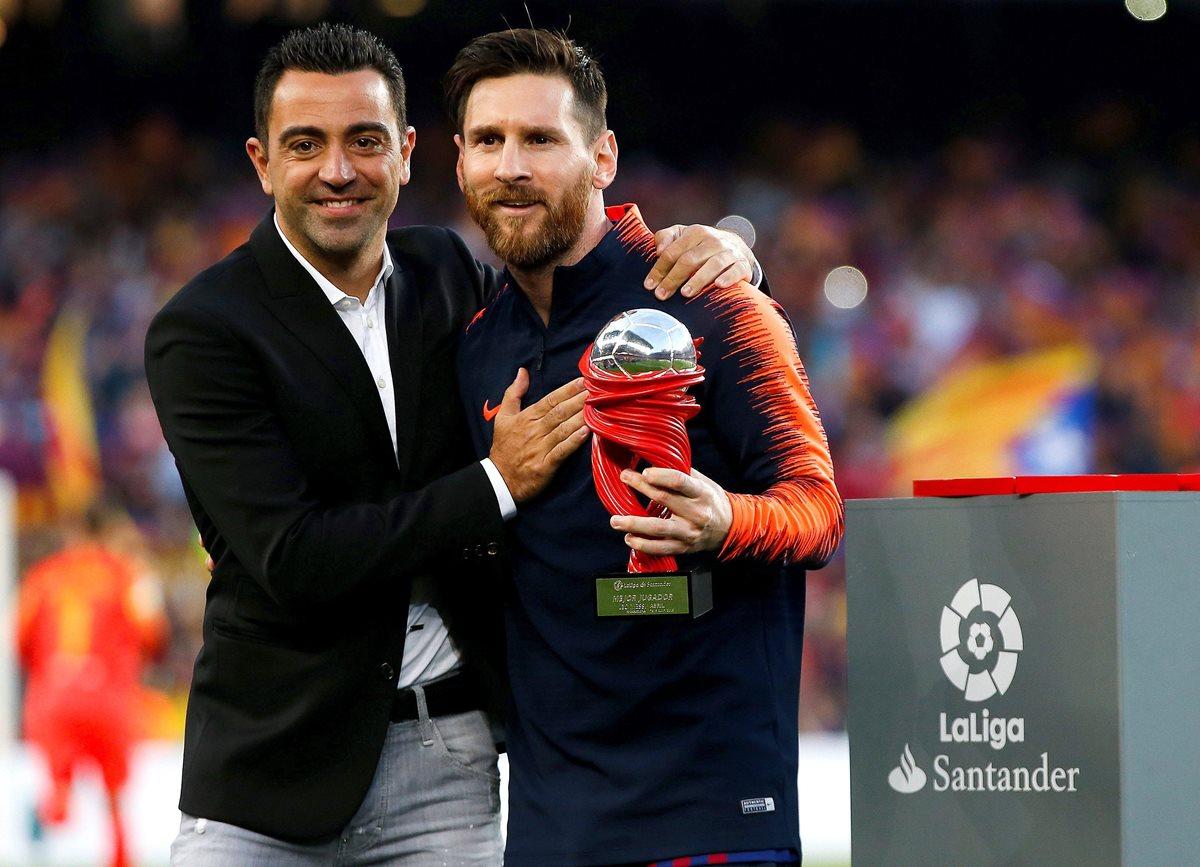 Messi recibió de manos de su excompañero de equipo, Xavi Hernández, el balón que lo acredita como goleador. (Foto Prensa Libre: EFE)