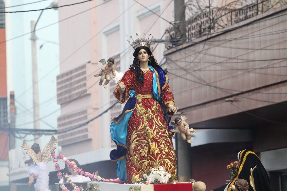 La imagen de la Virgen de la Asunción recorrió varias calles y avenidas de la zona 1.(Foto Prensa Libre: Erick Ávila)