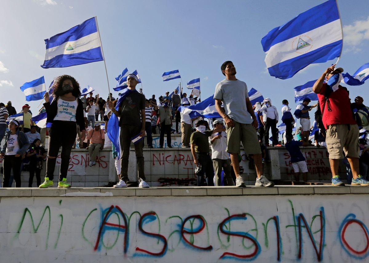 Nicaragüenses toman parte en una protesta pidiendo la renuncia de Ortega y Rosario Murillo, y exigen justicia y libertad para los presos políticos. (Foto Prensa Libre:AFP)