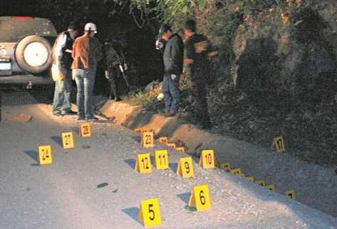 Fiscales recopilan evidencias en un lugar donde ocurrió una balacera, que dejó varias personas heridas. (Foto Prensa Libre: Archivo)