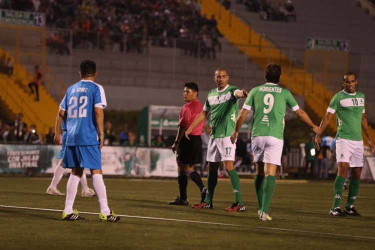 El Francés Trezeguet y el brasileño Rivaldo felicitan a Morientes después de anotar.