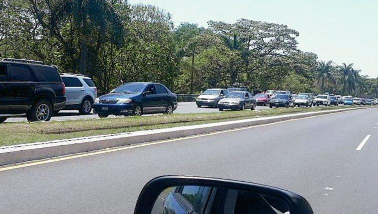 Al menos dos kilómetros de cola. (Foto Prensa Libre: Usuario de Twitter @recomiendagt)