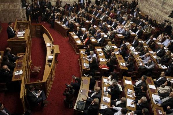El primer ministro griego y líder del partido izquierdista Syriza,  Alexis Tsipras (i-arriba), pronuncia unas palabras durante una reunión  de su grupo parlamentario en el Parlamento en Atenas, Grecia.