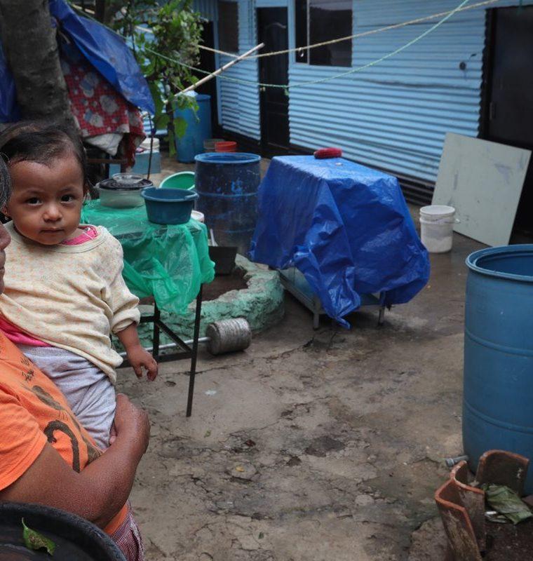 Los vecinos de la colonia San Martín, zona 7, deben almacenar agua en recipientes para afrontar la escasez. (Foto Prensa Libre: Estuardo Paredes)