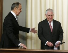 Lavrov -izquierda- se dirige a Tillerson. (Foto Prensa Libre: EFE)