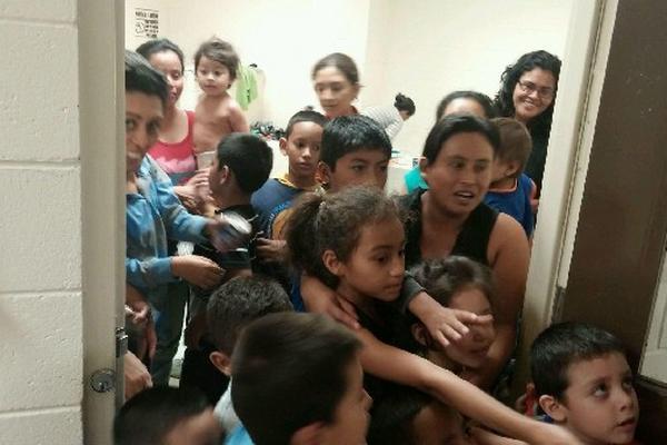 Cientos de niños centroamericanos indocumentados  son trasladados a refugios en bases militares estadounidenses,   debido a que los albergues están saturados.