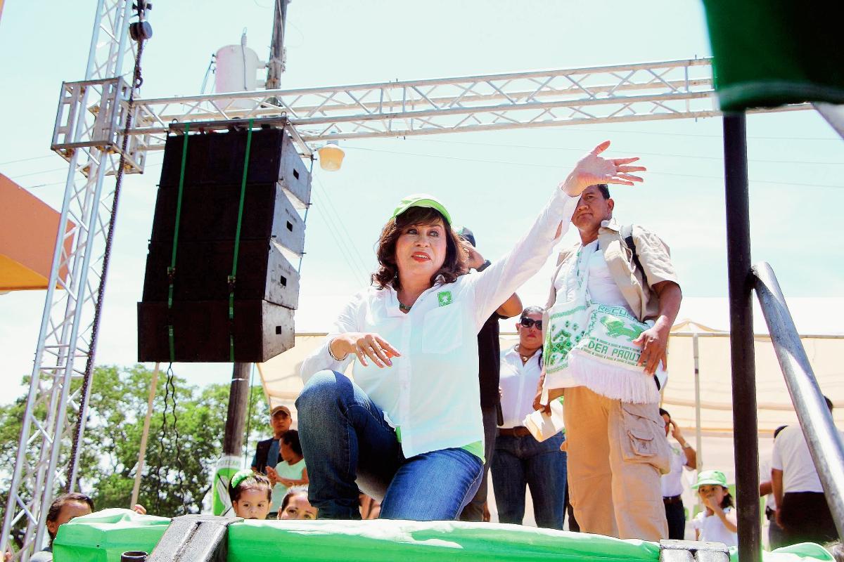 La candidata a la Presidencia por la UNE, Sandra Torres, saluda a sus simpatizantes en Nuevo San Carlos, Retalhuleu. (Foto Prensa Libre: Rolando Miranda)