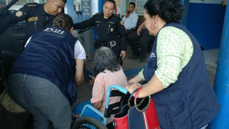 La mujer de 90 años fue rescatada por la PGN y PNC en Gualán, Zacapa. (Foto Prensa Libre: Mario Morales)