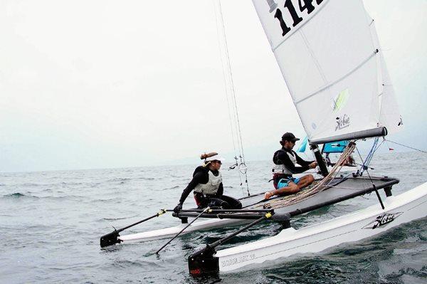 Hess y Abascal durante las regatas en el Lago de Atitlán. (Foto Prensa Libre: Cortesía COG).