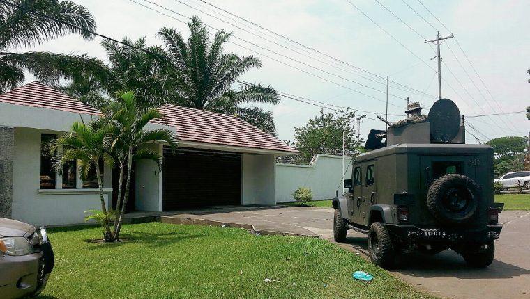 Allanamiento en vivienda ubicada en el km 161 de Mazatenango, Suchitepéquez, es apoyado por elementos del Ejército. (Foto Prensa Libre)