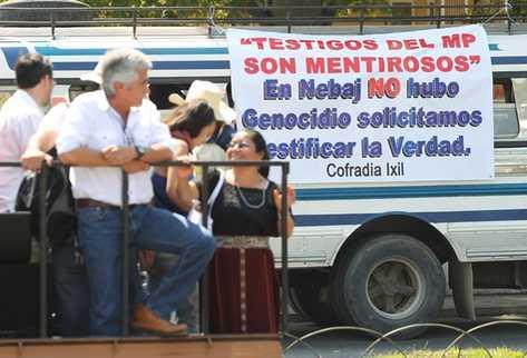 Activistas pro militares observan una pancarta que niega el genocidio en el área ixil. (Foto Prensa Libre: Erick Avila)