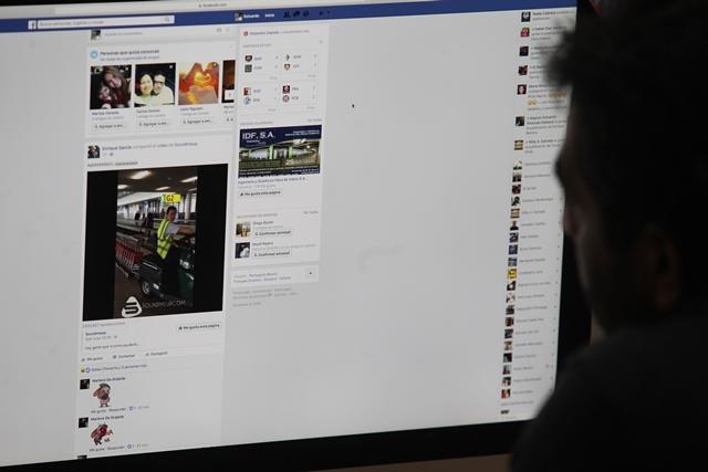 Las redes sociales han cambiado la conducta de los guatemaltecos, Los jóvenes son quienes se atreven más a interactuar. (Foto Prensa Libre: Estuardo Paredes)