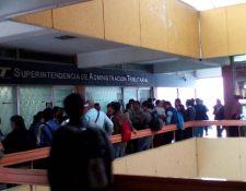 Por desacuerdo en la centralización del servicio para trámites de terceras personas decenas de personas manifiestan y bloquean la agencia de la SAT en Monserrat. (Foto, Prensa Libre: cortesía Blanca Lily)