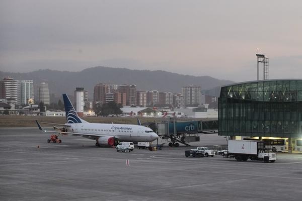 Decenas de vuelos fueron paralizados este domingo ante la cantidad de ceniza lanzada por el Volcán de Fuego. (FOTO PRENSA LIBRE: ÁLVARO INTERIANO)