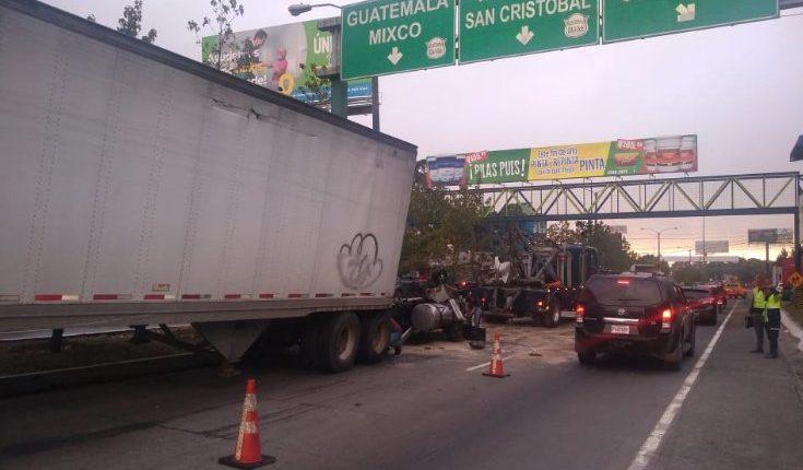 Un tráiler chocó contra el arriate en el km 19 de la ruta Interamericana, San Cristóbal, Mixco. (Foto Prensa Libre: Emixtra)