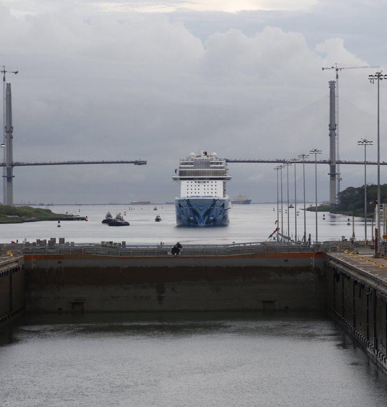 El paso del Norwegian Bliss por el Canal de Panamá hace unos cuatro días representó una verdadera odisea, por su tamaño. (Foto Prensa Libre: EFE)
