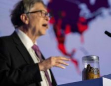 Bill Gates utilizó el vaso de precipitados con heces para hablar de las bacterias y enfermedades relacionadas con los sistemas sanitarios deficientes. GETTY IMAGES