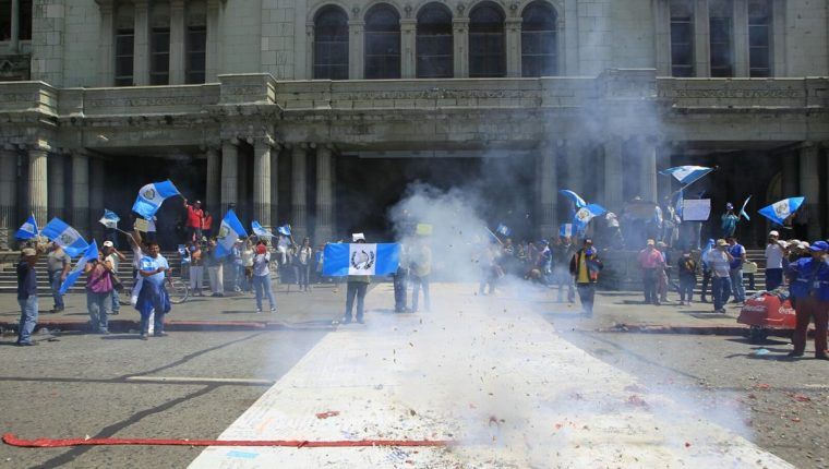 Las manifestaciones en la Plaza de la Constitución comenzaron desde la madrugada de este jueves. (Foto Prensa Libre: Edwin Bercián)