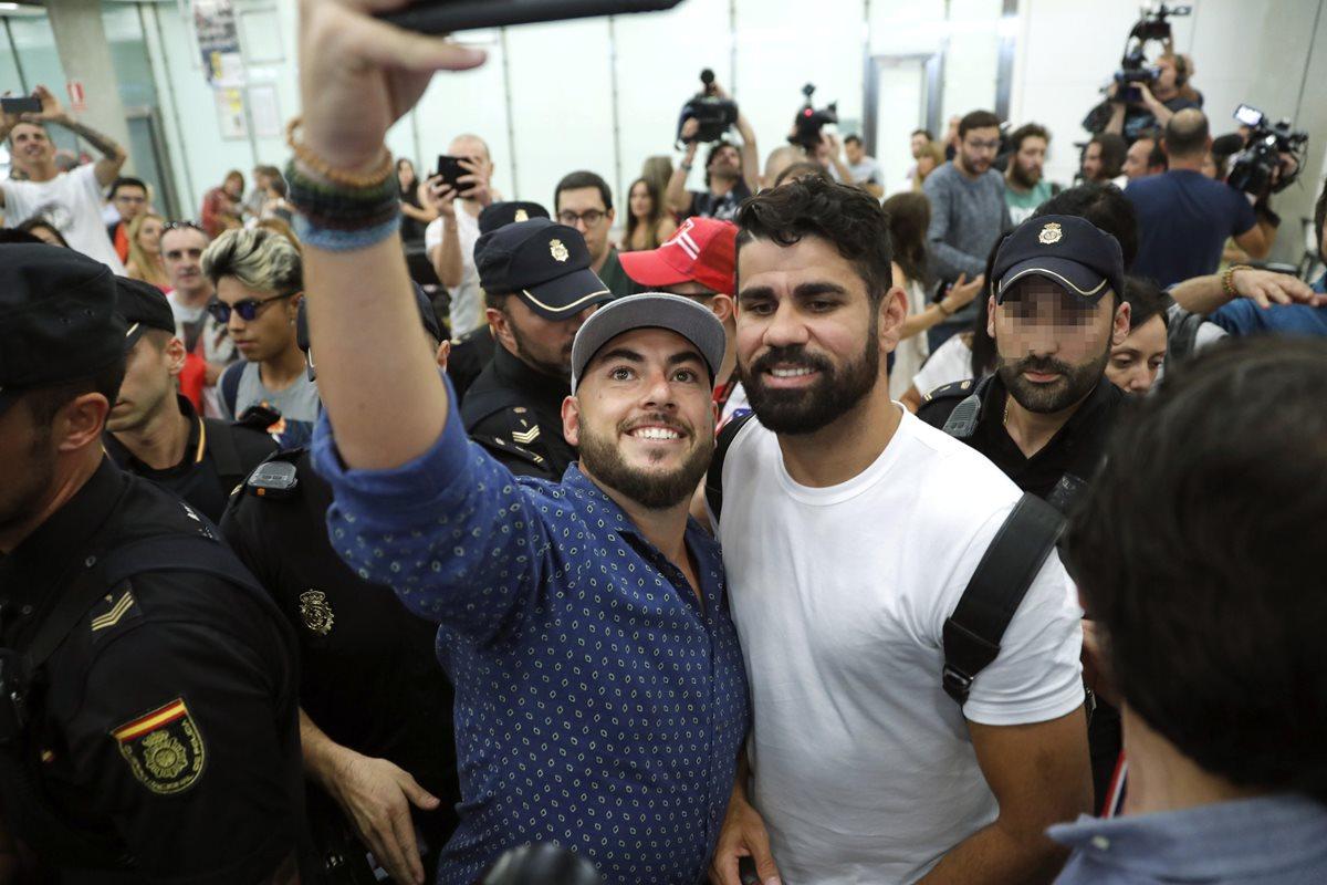 Diego Costa a su llegada al aeropuerto de Madrid donde se someterá a los exámenes médicos del Atlético Madrid. (Foto Prensa Libre: EFE)