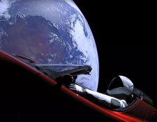 El automóvil de Tesla que será dejado cerca de la órbita marciana por El SpaceX Falcon Heavy. (Foto Prensa Libre: AFP)