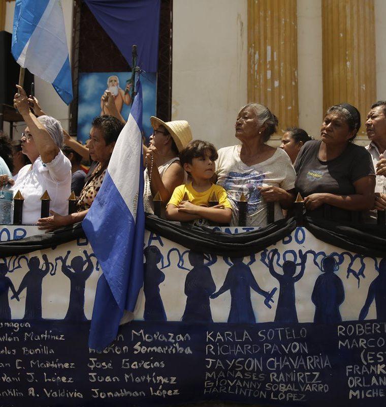 Pobladores de Masaya esperan la visita del cardenal Leopoldo Brenes en Masaya, Nicaragua. (EFE).