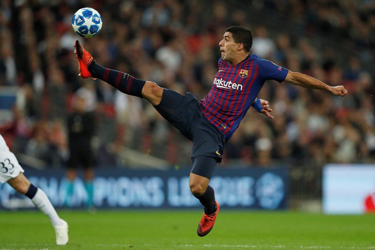 Luis Suárez controla el balón en el duelo contra el Tottenham. (Foto Prensa Libre: AFP).