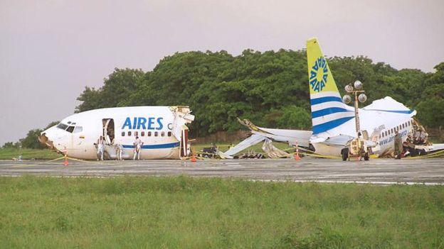El avión de Aires que procedía de Bogotá se partió en dos cuando estaba en medio del aterrizaje. (Getty Images)