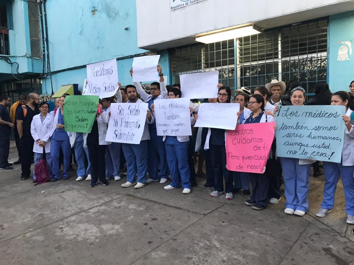 Médicos residentes del Hospital Regional de Cuilapa, Santa Rosa, protestan por falta de pago de salarios. (Foto Prensa Libre: Cortesía)
