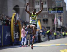 El etíope Lemi Berhanu en el momento que ingresa a la meta en primer lugar en Bostón. (Foto Prensa Libre: AP).
