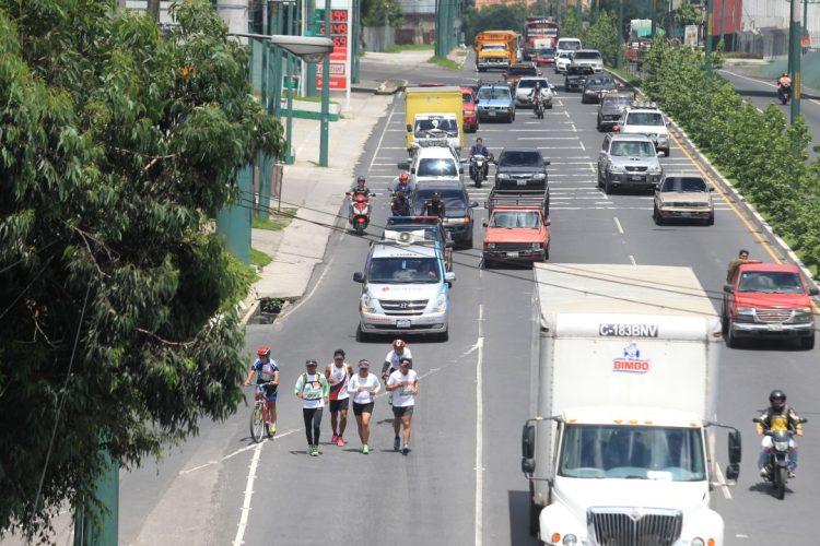 Los jóvenes han venido corriendo del lado derecho de la ruta sin obstruir el paso de los vehículos.