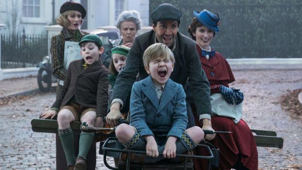 En El Regreso de Mary Poppins, la niñera llega para entretener a una nueva generación de niños en la familia Banks. (JAY MAIDMENT)