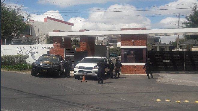 Allanamiento que efectuó la Cicig y el MP en km 18.5 ruta a El Salvador, colonia San José El Tajín, para dar con la hermana del Rey del Tenis y dos abogados. (Foto Prensa Libre: Guatevisión)