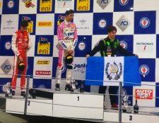 Ian Rodríguez muestra con orgullo la bandera de Guatemala en el podio de Monza. (Foto Prensa Libre: Cortesía Familia Rodríguez)