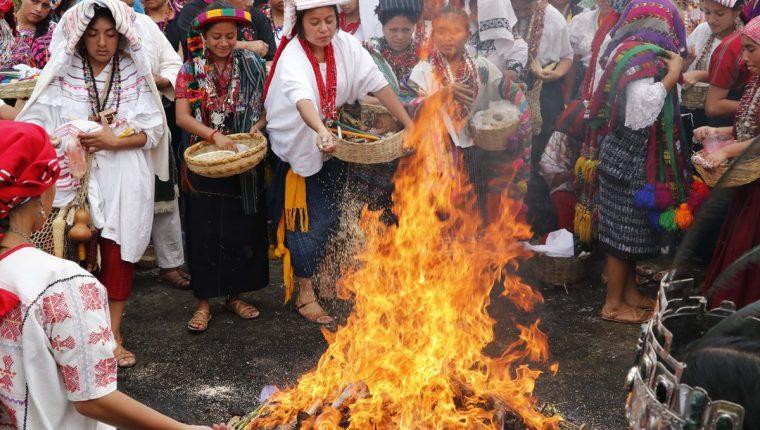 Las participantes durante ceremonia Chi-Ixim, en Tatic. (Foto Prensa Libre: Eduardo Sam).