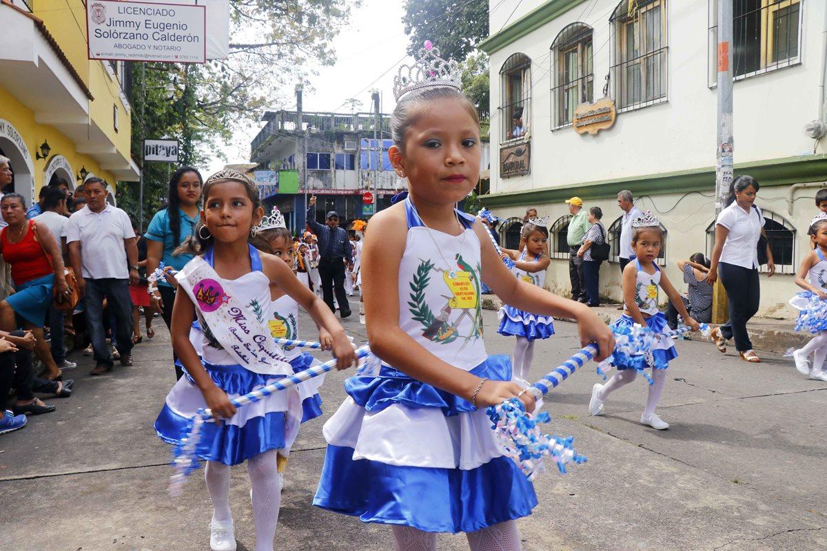 Desfiles engalanan la cabecera de Retalhuleu. (Foto Prensa Libre: Rolando Miranda).