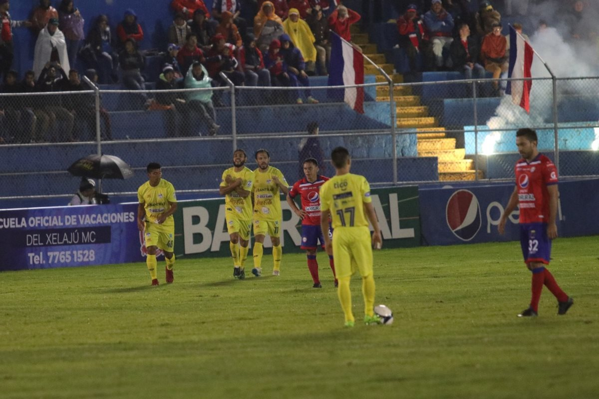 Así festejó Edi Danilo Guerra el gol del empate en Xela. (Foto Prensa Libre: Raúl Juárez)