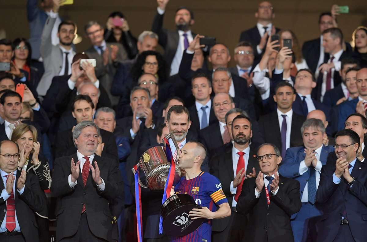 Andrés Iniesta besa la Copa del Rey ante la mirada del Rey Felipe. (Foto Prensa Libre: AFP)