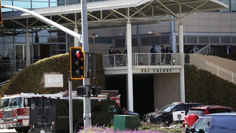 Policía resguarda la sede de YouTube en California. (Foto Prensa Libre: AFP)