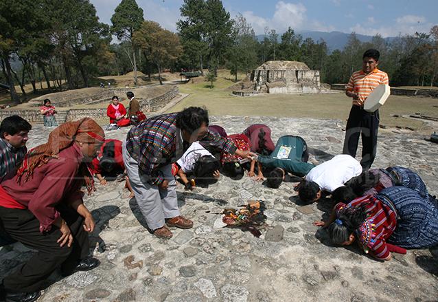 """Sacerdotes mayas piden a sus antepasados que limpien la """"energi?a negativa"""" que dejo? el presidente de EEUU en Iximche?. (Foto: Hemeroteca PL)"""